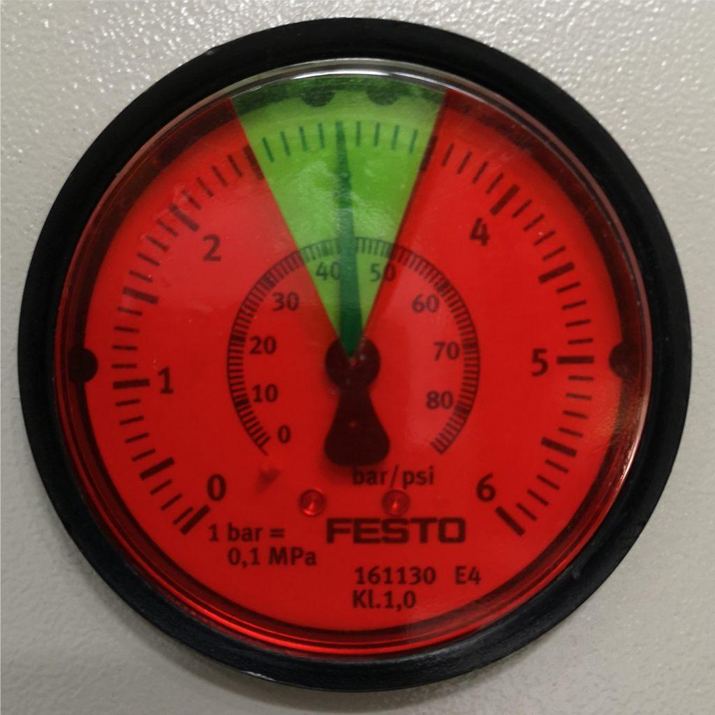Folie do manometrów. Prawidłowy zakres ciśnienia oznaczony zieloną folią. Pozostała tarcza manometru oklejona folią czerwoną.