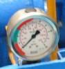 Manometr z zakresem ciśnień zaznaczonym markerami.
