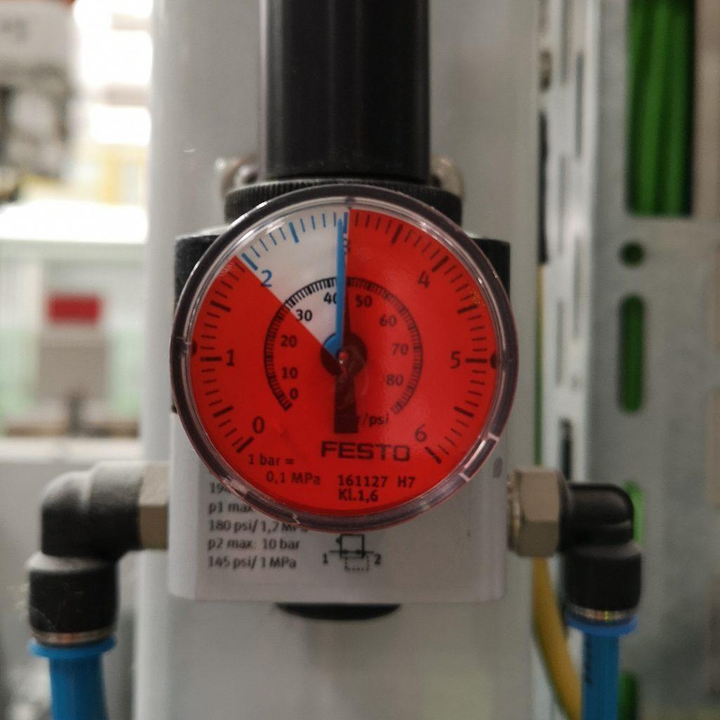 Folie do manometrów. Prawidłowy zakres ciśnienia bez folii. Pozostała tarcza manometru oklejona czerwoną folią.