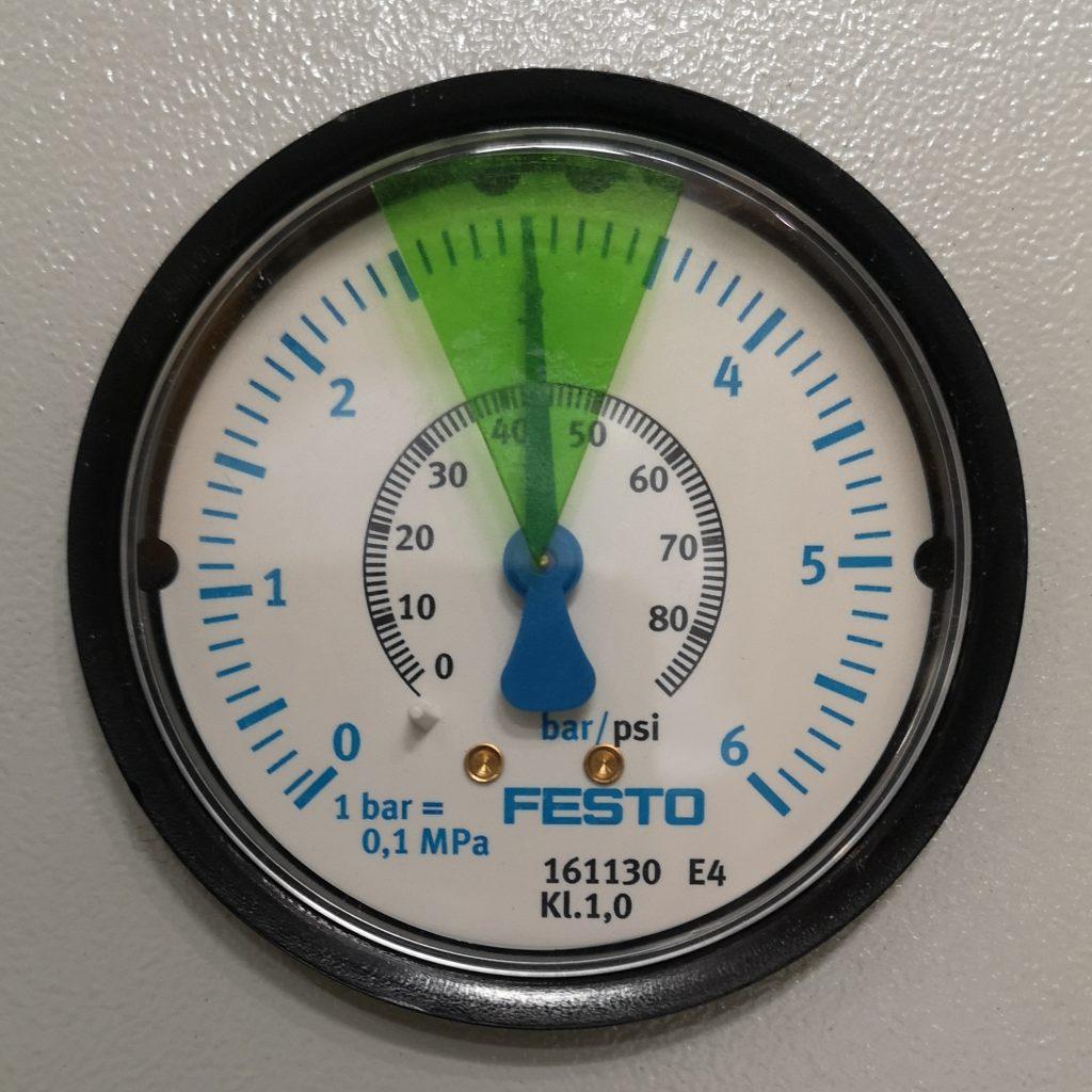 Folie do manometrów. Prawidłowy zakres ciśnienia oznaczony zieloną folią. Pozostała tarcza manometru bez folii.